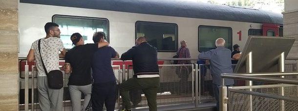 Tragedia nella stazione di Agropoli, 16enne si lancia sotto il treno: morta